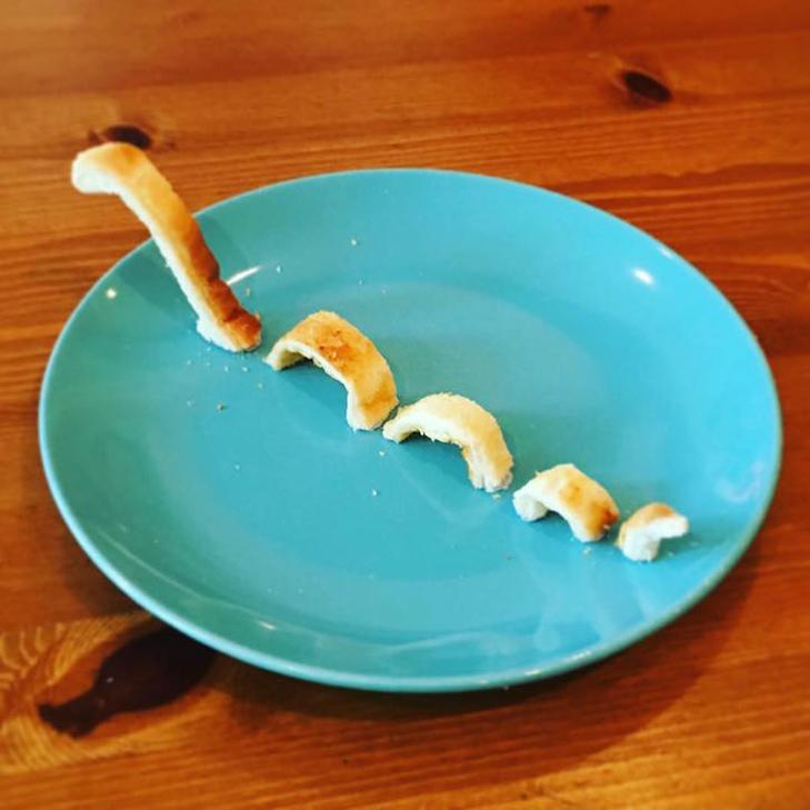 Неймовірні скульптури з тостів, які батько створює для хворої дочки - фото 10