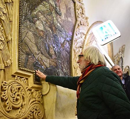 П'єр Рішар помацав мозаїку у московському метро - фото 3