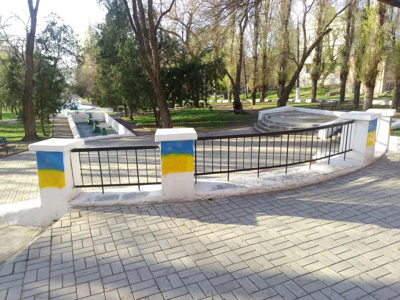 У Миколаєві комуністичні серпи та молоти замалювали прапорами України - фото 3