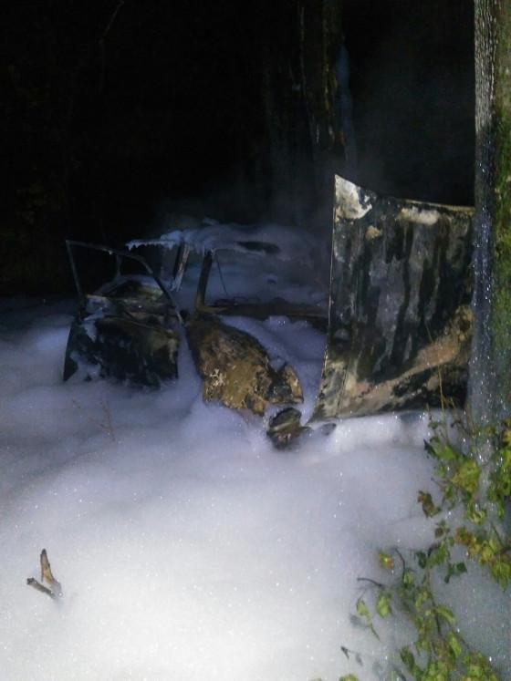 У Харкові разом із водієм посеред вулиці згорів автомобіль - фото 2