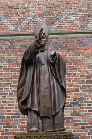 На Львівщині понівечили пам'ятник Папі Римському Івану Павлу ІІ - фото 1