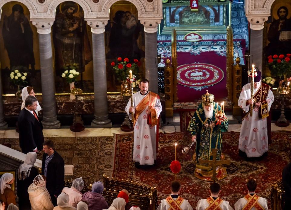 Президентське подружжя у Великодню ніч помолилося за Україну - фото 5