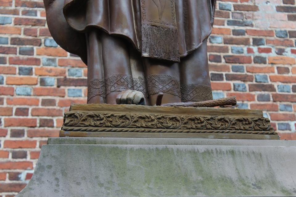 На Львівщині понівечили пам'ятник Папі Римському Івану Павлу ІІ - фото 4