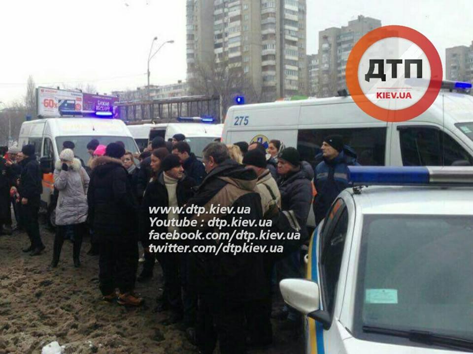 """У Києві """"Мерседес"""" влетів у стоматологію, є загиблі та постраждалі - фото 3"""