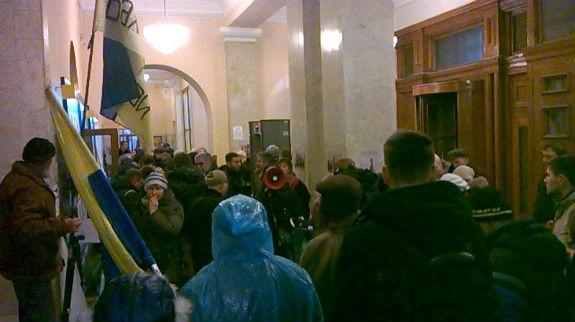 Кияни прорвалися до мерії мітингувати проти забудов - фото 1
