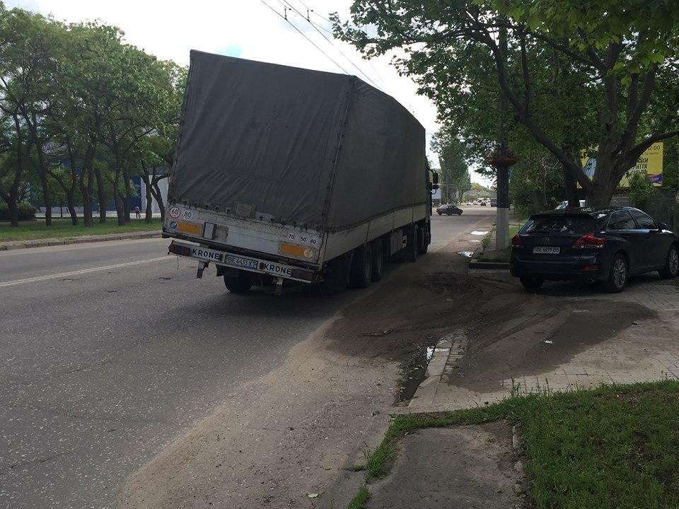 У Миколаєві фуру скорчило від перевантаження - фото 2