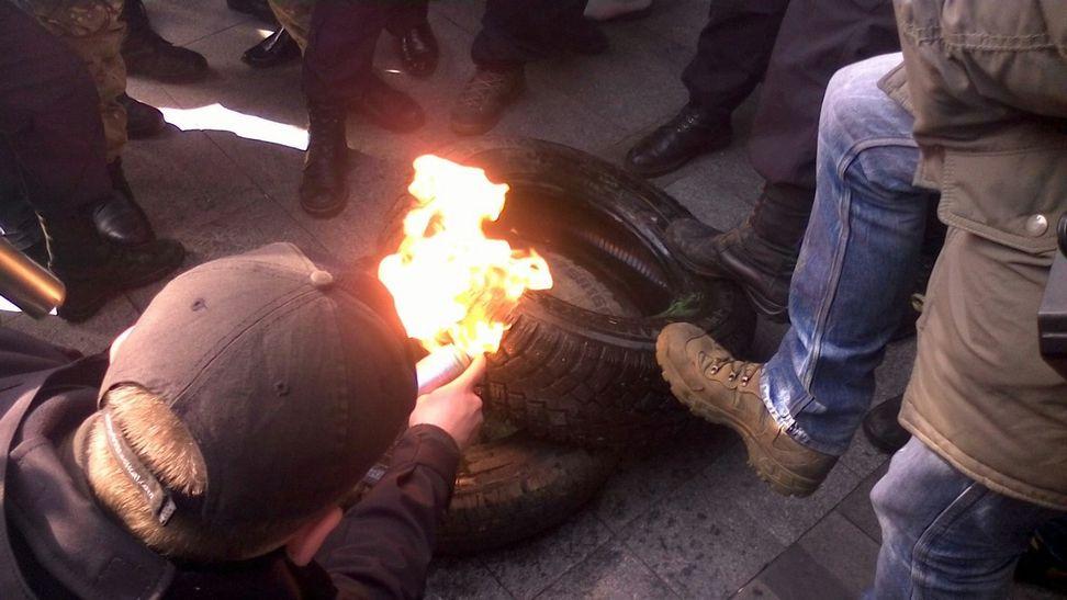 У Вінниці під управлінням Нацполіції палять шини - фото 2