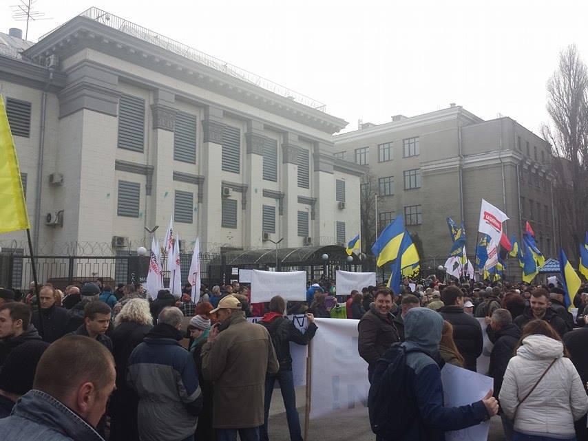 Під посольством Росії у Києві вимагають звільнити Савченко - фото 3