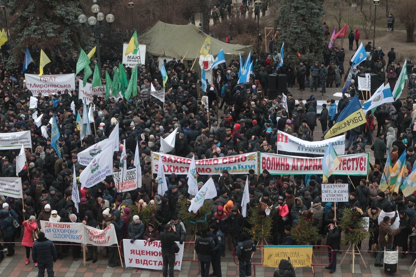 Кілька тисяч аграріїв мітингують під Радою  - фото 5