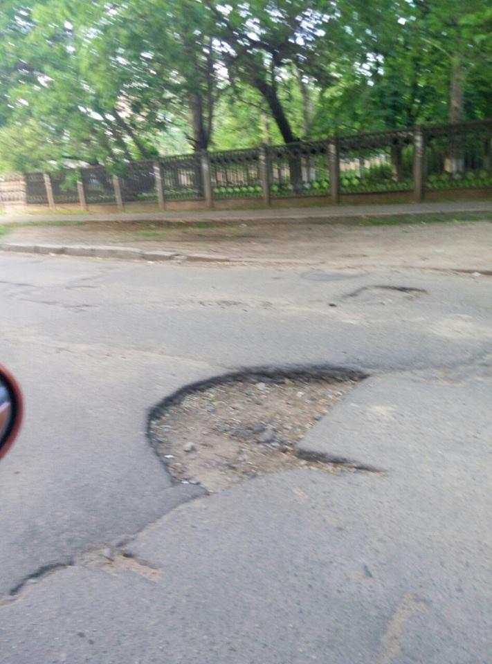 У Миколаєві по дорозі до трьох лікарень з'явилося провалля