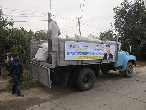 Під Одесою екс-регіонал підкуповує виборців вугіллям (ФОТО, ВІДЕО) - фото 1