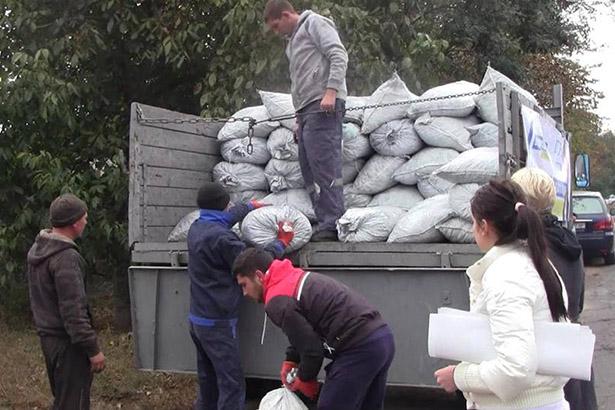 Під Одесою екс-регіонал підкуповує виборців вугіллям (ФОТО, ВІДЕО) - фото 2