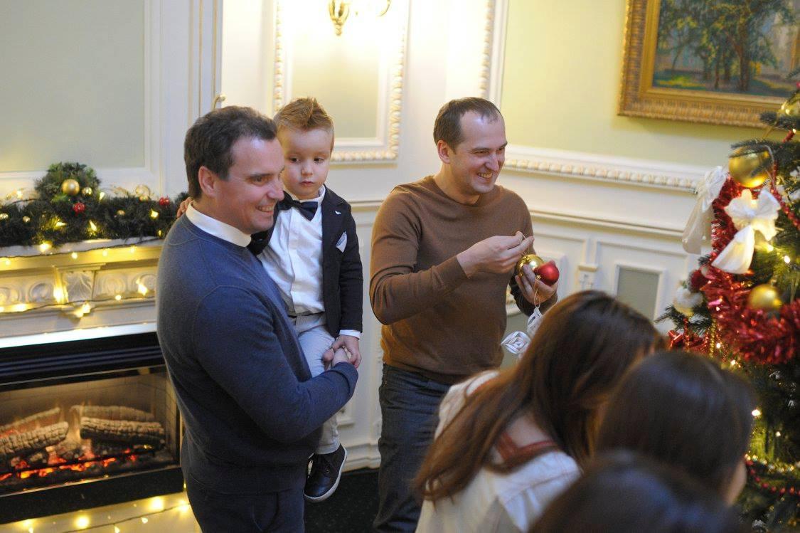 Як українські міністри з дітьми прикрашали ялинку у Кабміні - фото 6