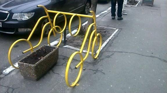 Важка доля велосипедистів Києва: паркуватися потрібно на клумбах - фото 1