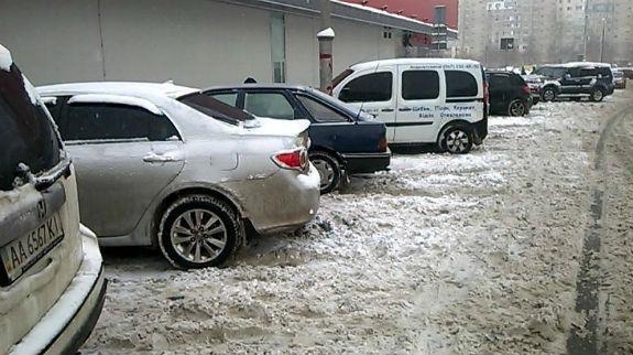 Як столичні паркувальники-сніговики вибивають гроші з водіїв - фото 1
