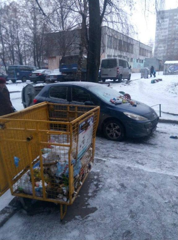 Кияни за допомогою сміття покарали водія-жлоба  - фото 1