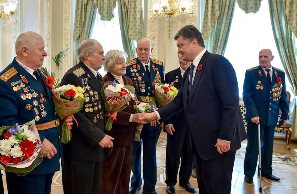 """Порошенко нагородив ветеранів ювілейною медаллю """"70 років Перемоги над нацизмом"""" (ФОТО) - фото 2"""