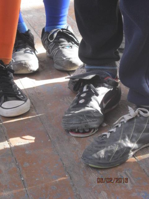 Волонтер показав, у яких умовах живуть та грають у фубол діти у воєнній Красногорівці - фото 8