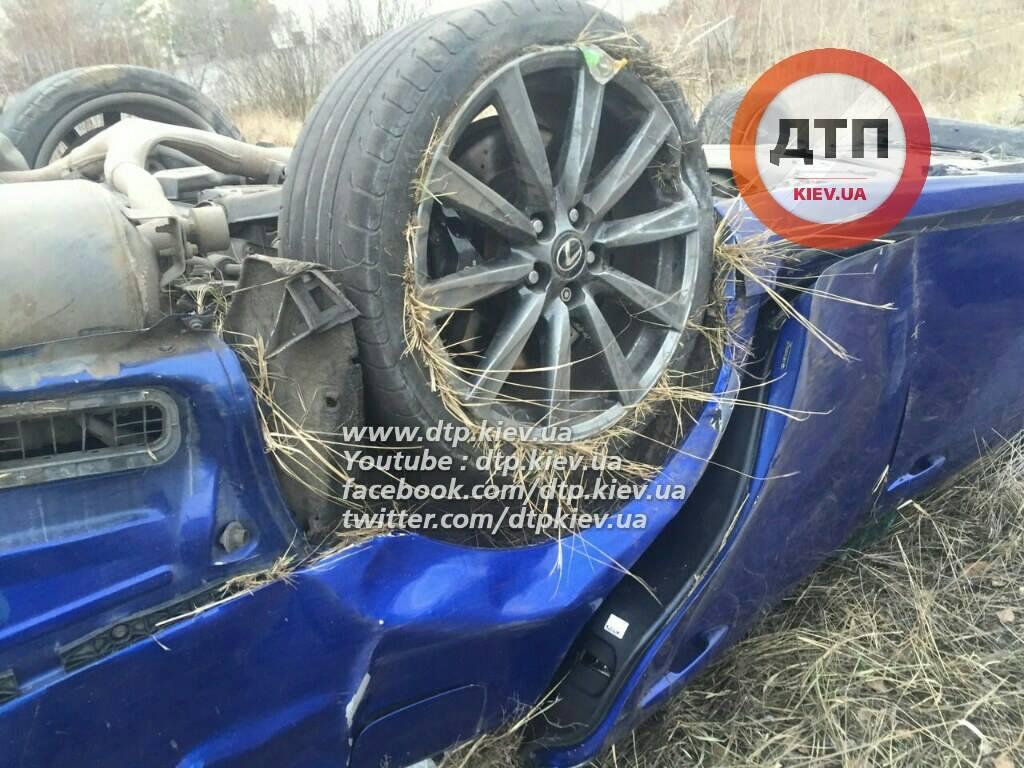 У Києві Lexus зніс зупинку: пішохід загинув на місці (ФОТО 18+) - фото 4