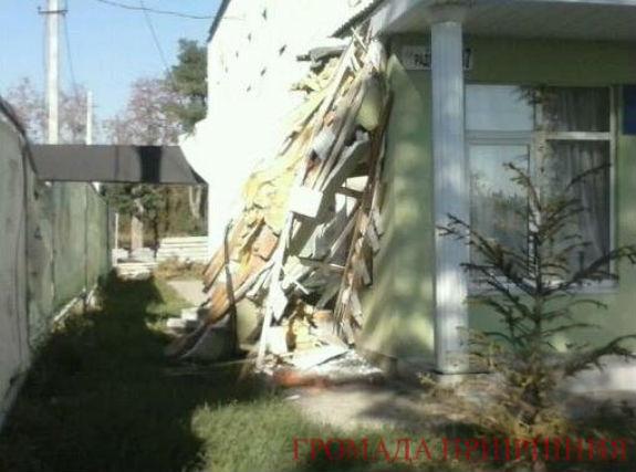 У Гостомелі будівельний кран розтрощив будинок культури - фото 2