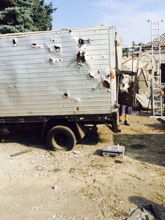 У передмісті Маріуполя нарахували 30 воронок і вирахували напрямки обстрілу (ФОТО) - фото 1