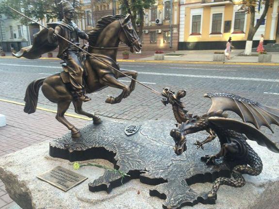 Біля столичної будівлі СБУ з'явився пам'ятник бійцям АТО (ФОТОФАКТ) - фото 1