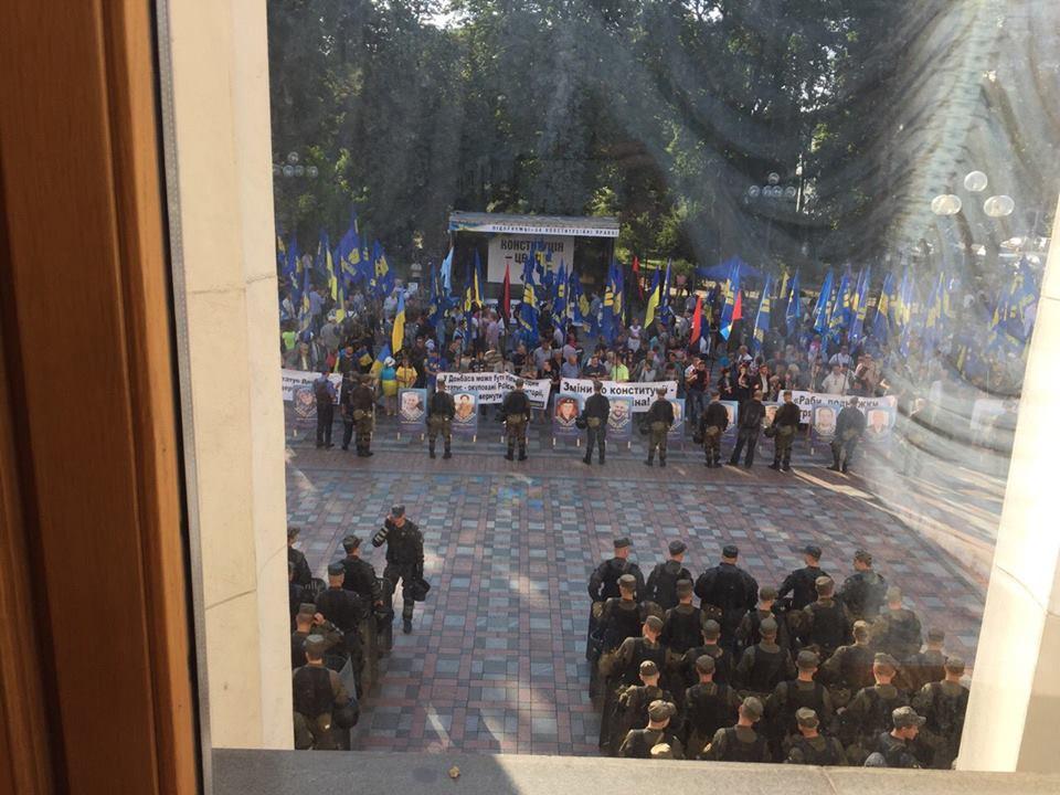 Під Радою до 700 протестувальників, стільки ж правоохоронців - фото 1