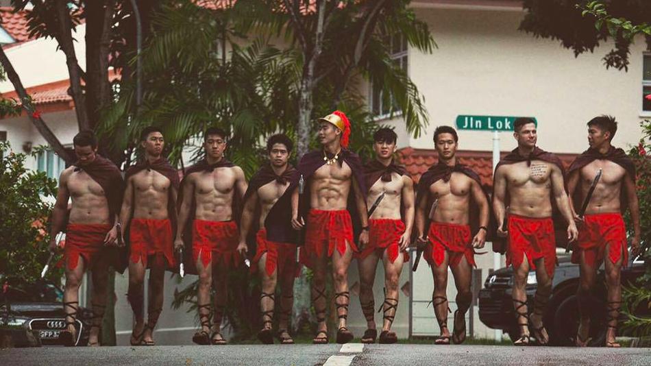 """Як вісім """"спартанців"""" з голим торсом ходили освідчуватися - фото 1"""
