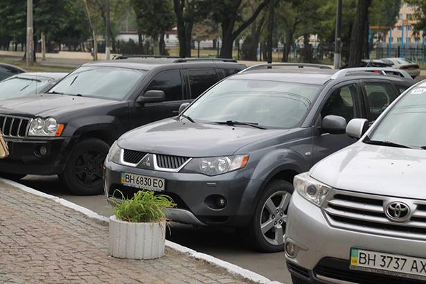 """Як """"чесні"""" прокурори Одещини добирались на тестування на дорогих автівках - фото 1"""