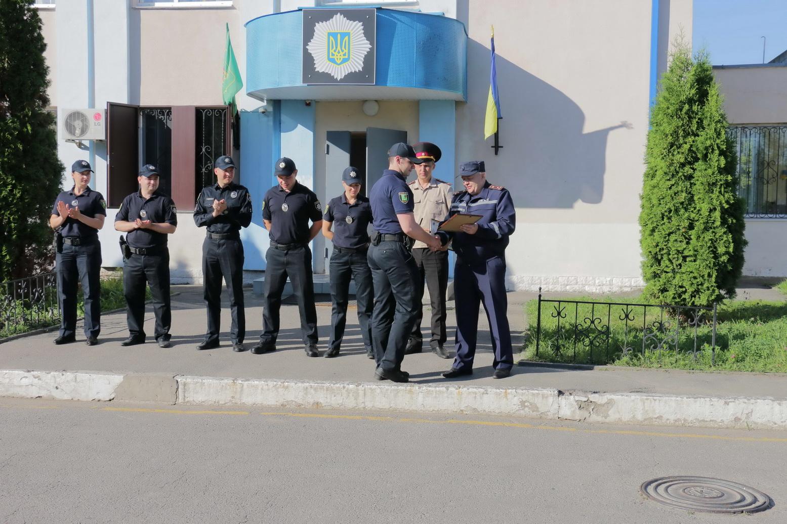 У Харкові нагородили поліцейських, які винесли з вогню жінку - фото 1