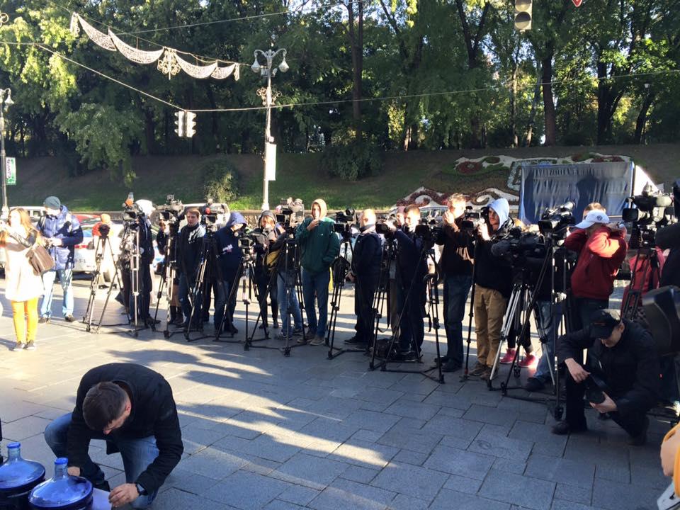 Під Кабмін принесли 100 літрів чорнил для Яценюка та Квіташвілі - фото 2