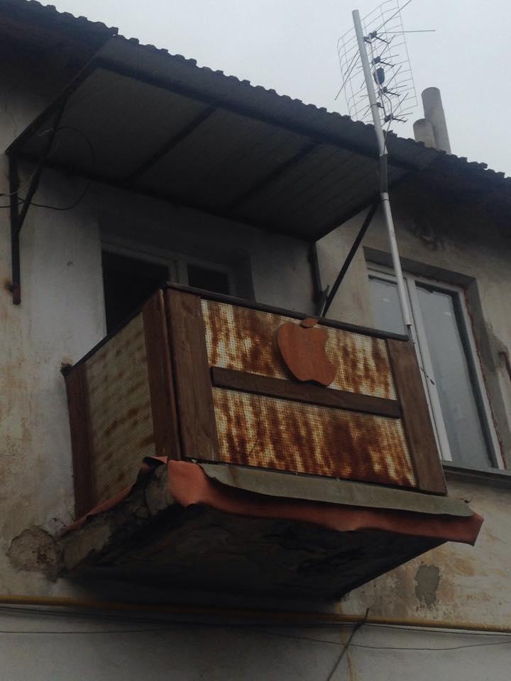 ФОТОФАКТ: в Криму почали робити айфон-балкони - фото 1