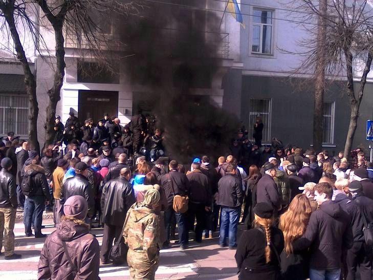 У Вінниці під управлінням Нацполіції палять шини - фото 4