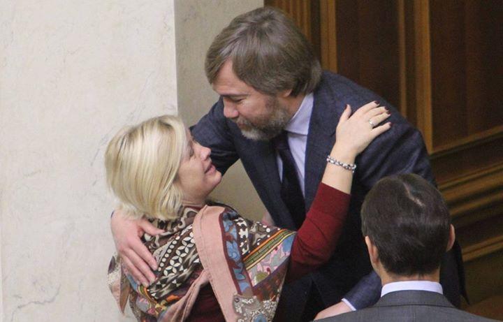 Високі стосунки: Як Геращенко на людях з Новинським обіймалася - фото 1