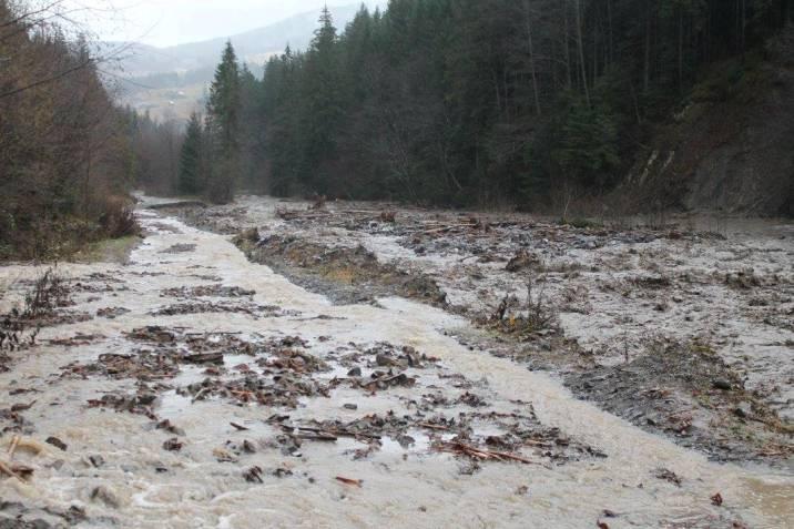 На Закарпатті селеві потоки зруйнували дорогу на Драгобрат - фото 2