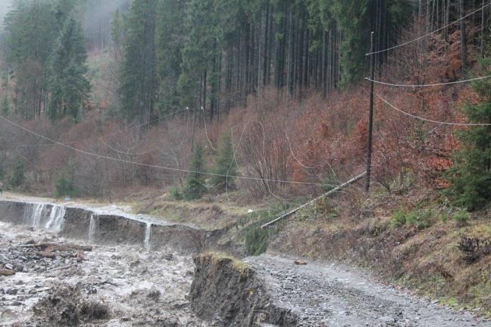 На Закарпатті селеві потоки зруйнували дорогу на Драгобрат - фото 3