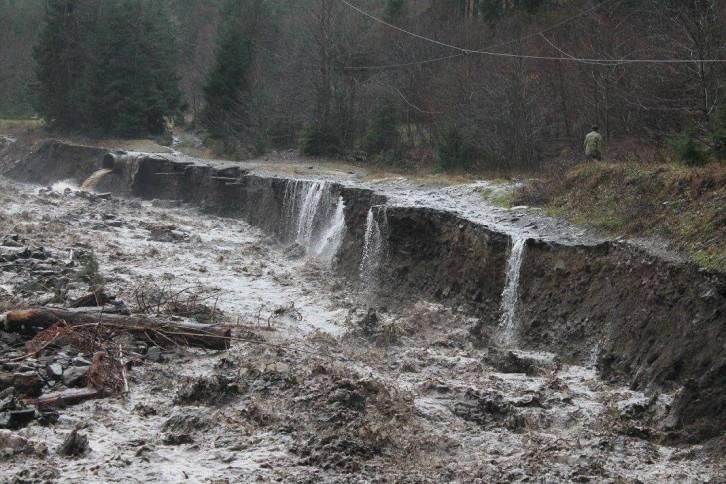 На Закарпатті селеві потоки зруйнували дорогу на Драгобрат - фото 5
