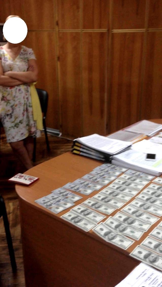 """У Києві чиновниця """"погоріла"""" на хабарі у 4 тис. доларів - фото 1"""