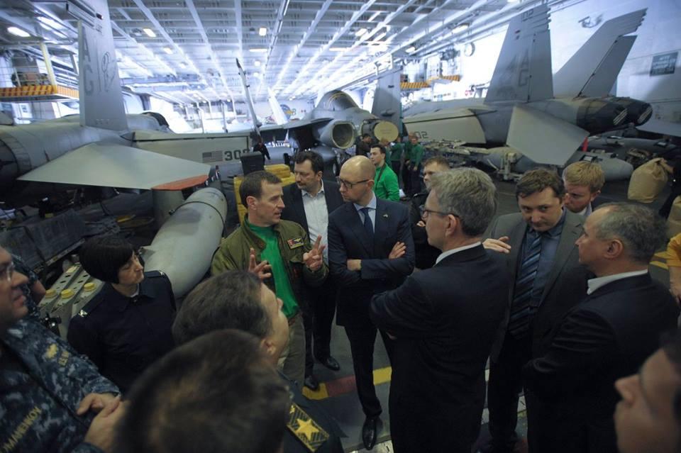 Як Яценюк відвідував авіаносець США в Середземному морі - фото 2