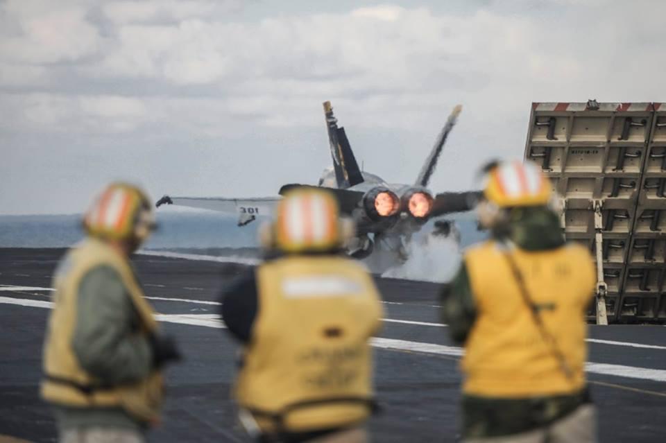 Як Яценюк відвідував авіаносець США в Середземному морі - фото 3