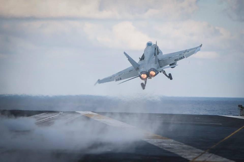Як Яценюк відвідував авіаносець США в Середземному морі - фото 4