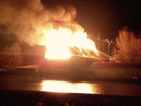У Києві - масштабна пожежа біля Гідропарку (ОНОВЛЕНО) - фото 3