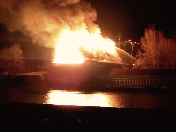У Києві - масштабна пожежа біля Гідропарку (ОНОВЛЕНО) - фото 4