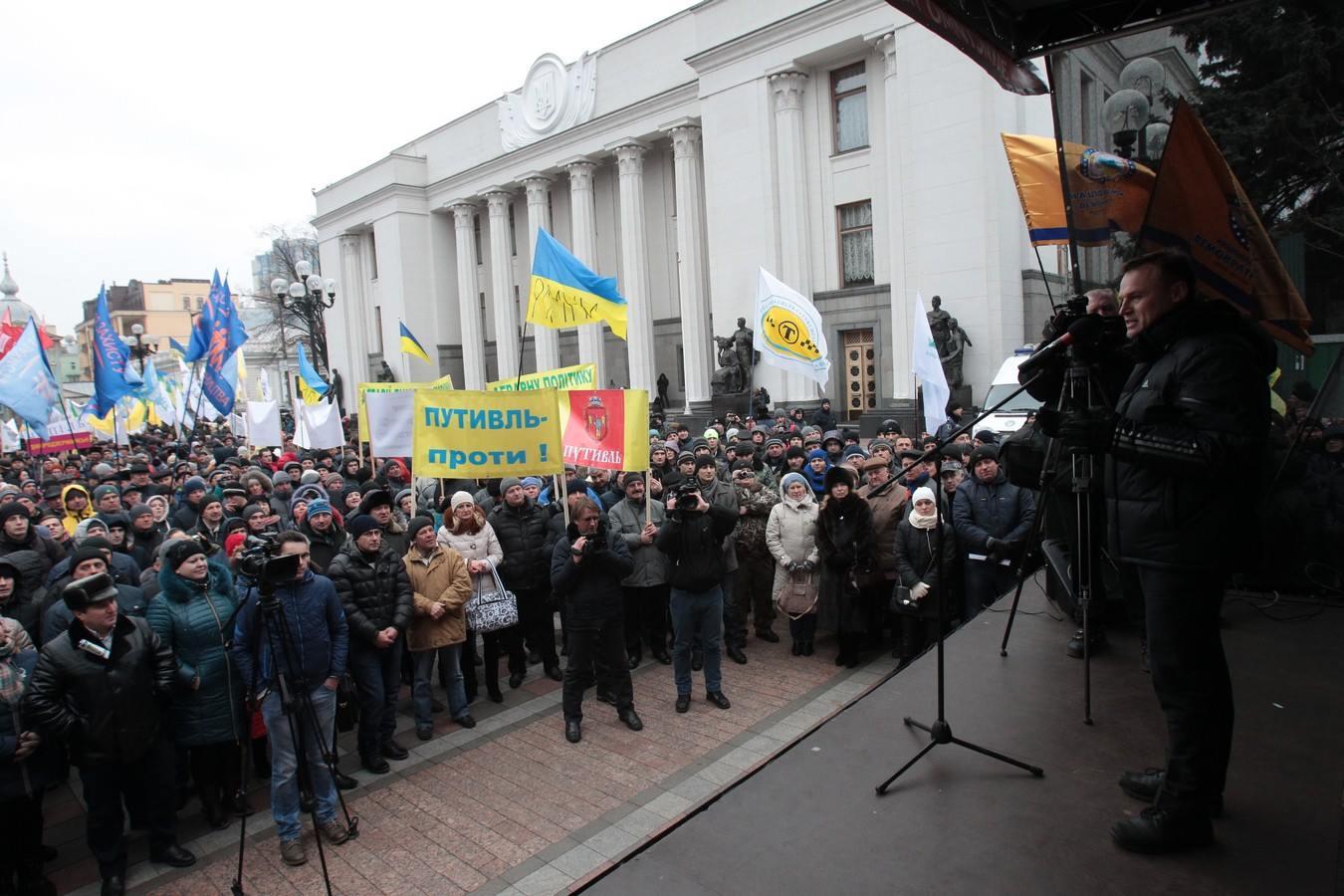 Кілька тисяч аграріїв мітингують під Радою - фото 1