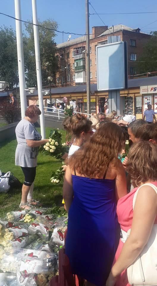 """У Чернігові у """"день тиші""""  люди Корбана вишикували жінок в кілометрові черги за трояндами - фото 3"""