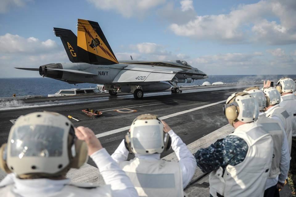 Як Яценюк відвідував авіаносець США в Середземному морі - фото 5