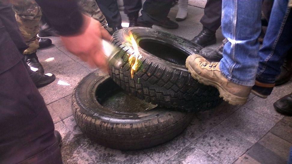 У Вінниці під управлінням Нацполіції палять шини - фото 1