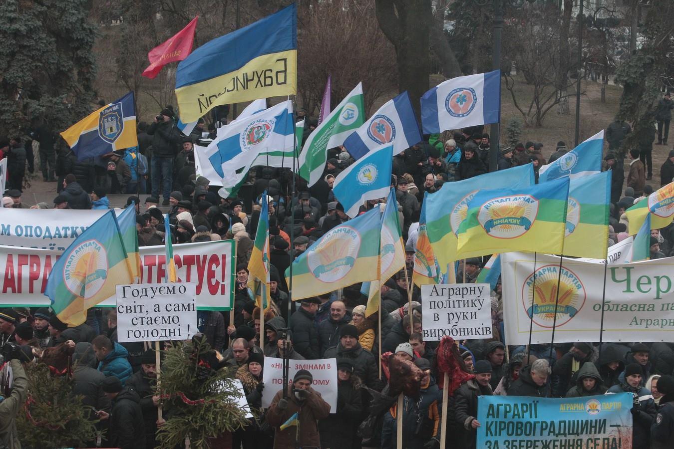 Кілька тисяч аграріїв мітингують під Радою  - фото 2