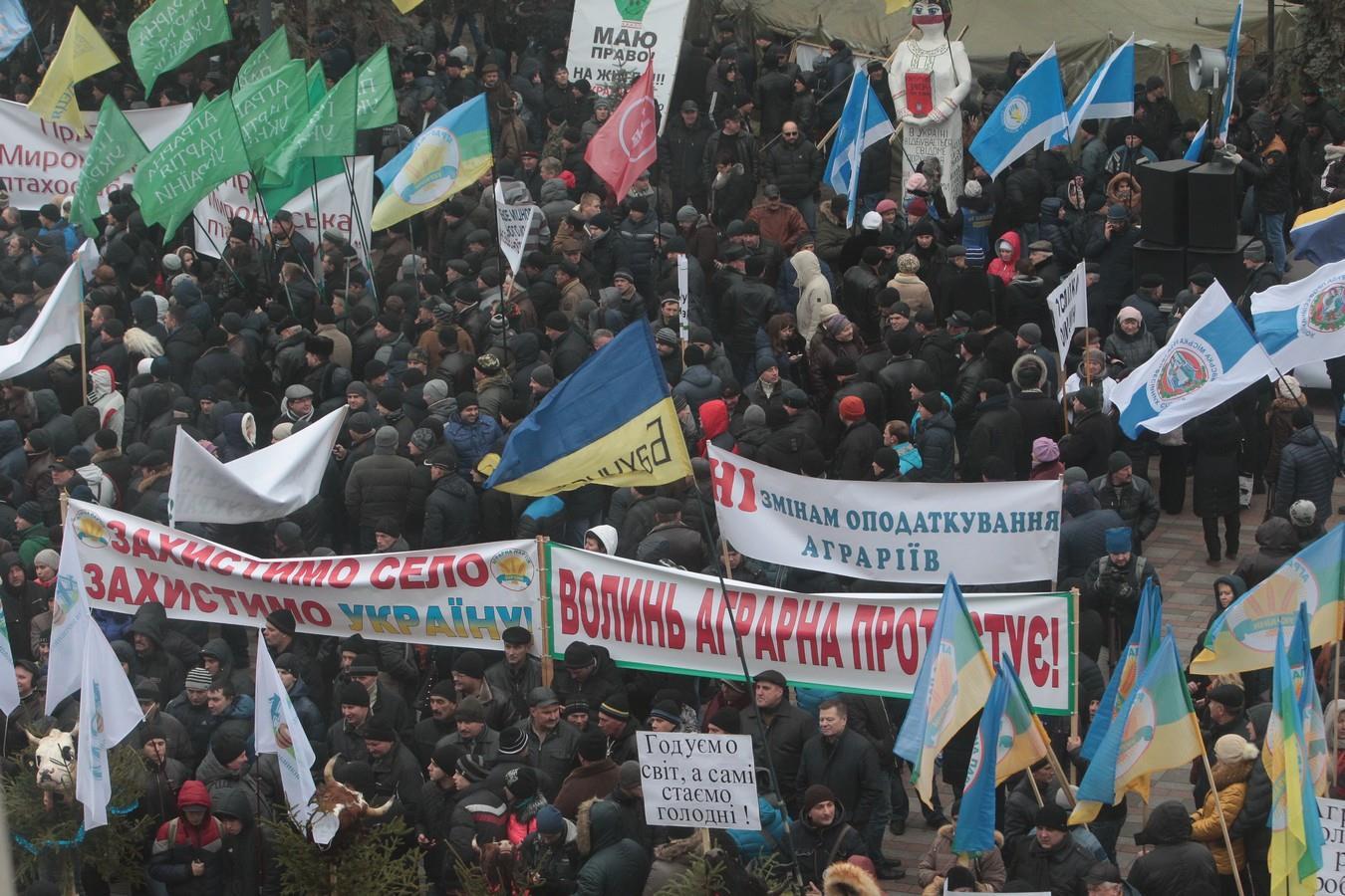 Кілька тисяч аграріїв мітингують під Радою  - фото 4