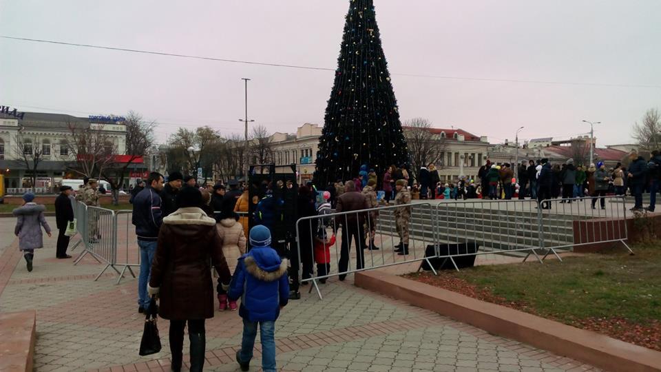 У Симферополі окупанти пускають дітей до новорічної ялинки крізь металошукачі (ФОТО) - фото 2